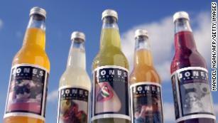 Jones Soda Company es conocida por sabores inusuales como la tarta de calabaza, el relleno de hierbas silvestres, las coles de bruselas, el arándano y el pavo con salsa.